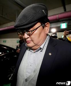 오드바야르 도르지(52·ODBAYAR Dorj) 몽골 헌법재판소장이 7일 새벽 인천지방경챁청에서 조사를 받은 후 경찰청을 나서고 있다. 도르지 몽골 헌재소장은 지난 10월31일 오후 8시 5분께 대한항공 여객기 내에서 여승무원을 성추행한 혐의를 받고 있다. [뉴스1]