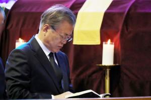 문재인 대통령이 31일 오전 부산 남천성당에서 모친 고 강한옥 여사 장례미사에 참석하고 있다. [연합=헤럴드경제]