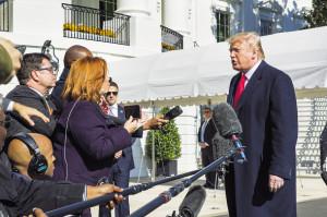 도널드 트럼프 미국 대통령이 지난 3일(현지시간) 뉴욕에서 워싱턴 백악관으로 돌아온 직후 취재진을 만나 즉석 인터뷰를 하고 있다. [AP=헤럴드경제]