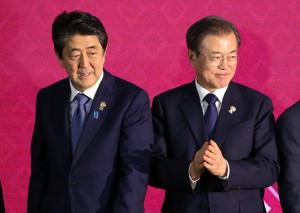 지난 4일 방콕 임팩트 포럼에서 열린 역내포괄적경제동반자협정(RCEP)에서 기념촬영을 하고 있는 아베 신조 일본 총리(왼쪽부터)와 문재인 대통령 [연합=헤럴드경제]