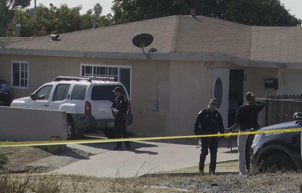 16일(현지시간) 총기를 이용한 가정폭력 사건이 발생한 미 샌디에이고 파라다이스힐스의 한 가정집에 경찰이 출동해 현장을 수사하고 있다.[샌디에고 유니온트리뷴 동영상 캡처]