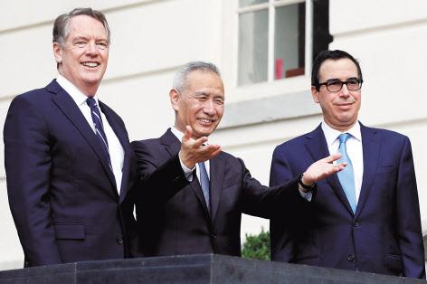 지난 10월 미국 워싱턴에서 열린 미·중 고위급 무역협상에 참석한 로버트 라이트하이저(왼쪽부터) 미국 무역대표부(USTR) 대표와 류허 중국 부총리, 스티븐 므누신 미국 재무장관의 모습. [로이터=헤럴드경제]