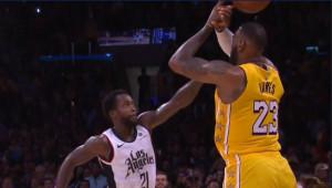 LA클리퍼스의 패트릭 베벌리가 25일 106-103으로 앞선 가운데 종료 3.5초를 남기고 LA레이커스 르브론 제임스의  슈팅을 블락하고 있다.[NBA.COM]