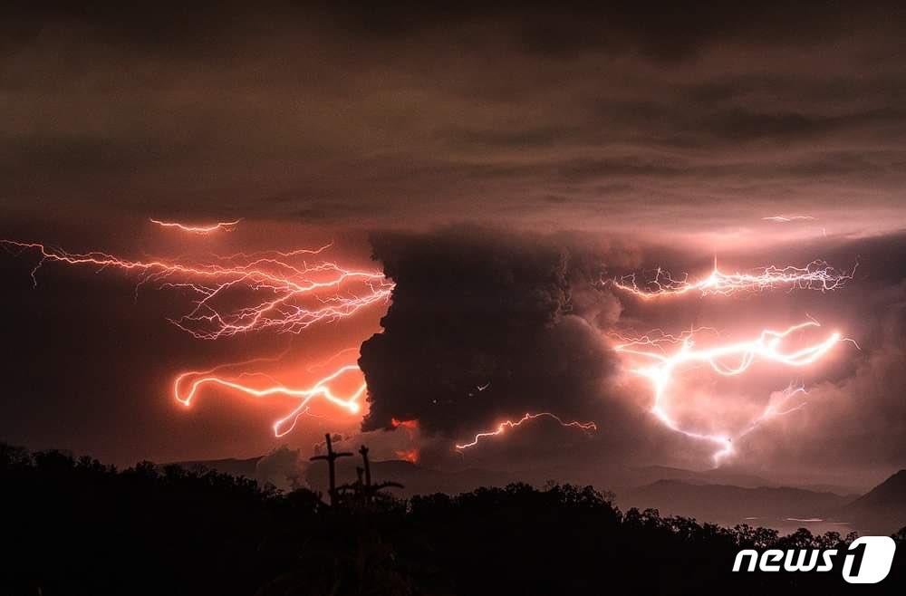 필리핀 마닐라 인근 탈 화산이 12일(현지시간) 분출하면서 주변에 '화산 번개'가 생성되고 있다. © 뉴스1