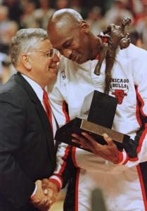 1일(현지시간) 타계한 데이비드 스턴 NBA 전 커미셔너가 1996년 최우수선수상을 마이클 조던(시카고 불스)에게 주며 축하의 악수를 하고 있다. [AFP연합=헤럴드경제]