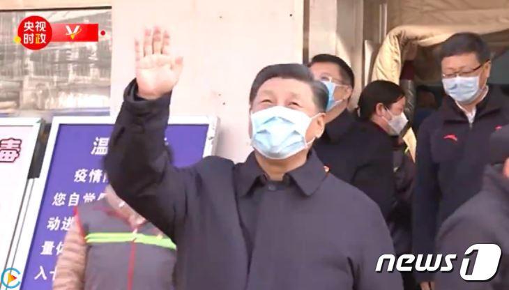 현장 지도에 나선 시진핑 주석이 시민들에게 손을 흔들고 있다. (중국 CCTV 캡처) © 뉴스1