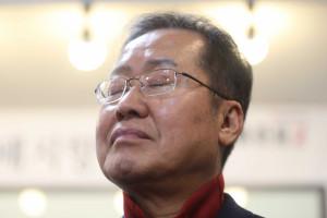 김형오 자유한국당 공천관리위원장이 9일 경남 밀양시 홍준표 전 대표 선거 사무실을 찾아 홍 전 대표 지지자에게 인사말을 하는 동안 홍 전 대표가 경청하고 있다. [연합=헤럴드경제]