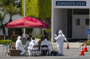 LA시 한 병원 앞에 마련된 코로나19 검사소에서 방역요원들이 대기하고 있다.