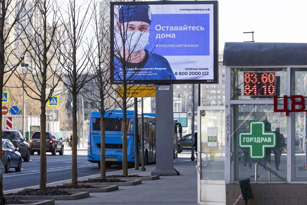 """25일 모스크바의 거리 전광판에 """"집에 머물러야 산다""""라는 문구가 나타나고 있다."""