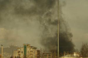 지난 6일(현지시간) 아프가니스탄 수도 카불의 한 정치 행사장에서 폭발과 함께 총격이 발생해 검은 연기가 솟아 오르고 있다. [연합=헤럴드경제]