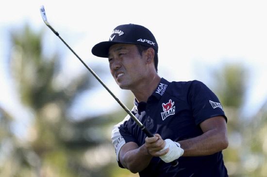 Kevin Na follows his drive on the 11th tee box