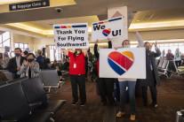 '올해 최대 공항인파' 미국 여행업계 부활 조짐…방역당국은 긴장